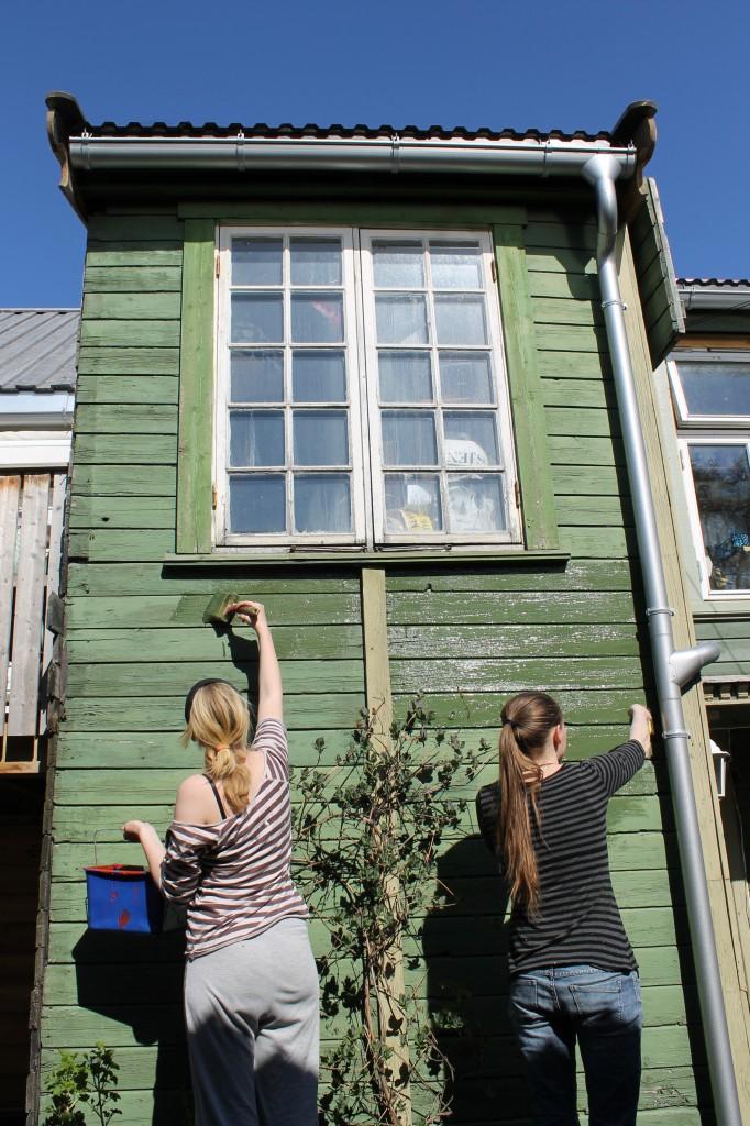 Tuva og Nora maler i bakgården i Biskop Darres gate 14